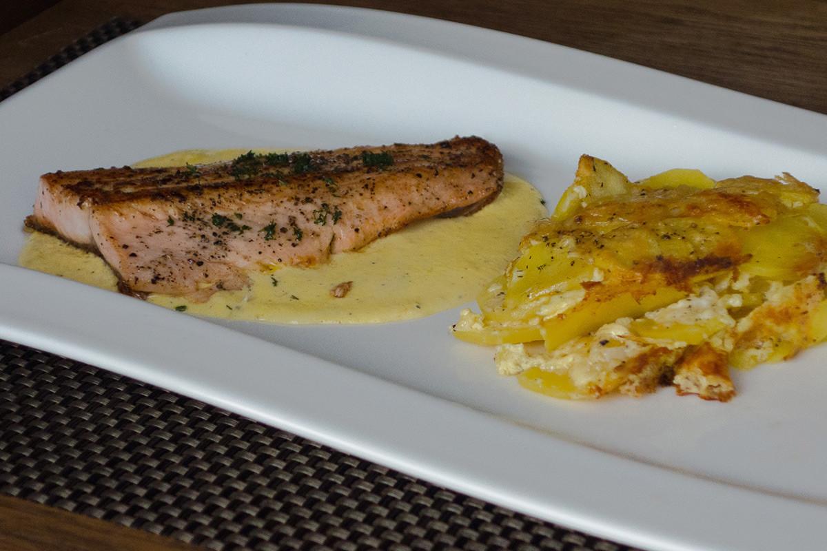 Lachsforelle auf Safransauce und Kartoffelgratin